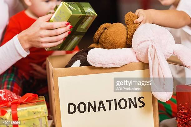 Familia las donaciones de caridad regalos y juguetes de Navidad festiva