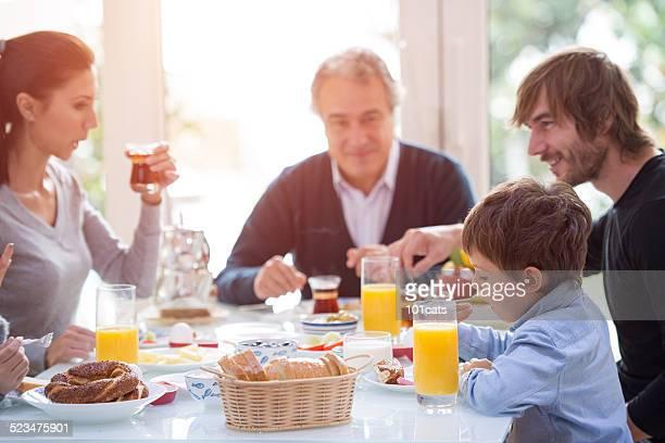 Famille manger le petit déjeuner