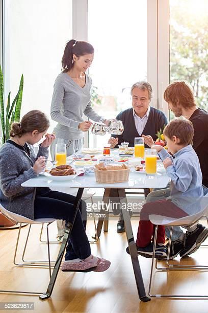 Família comer o pequeno-almoço