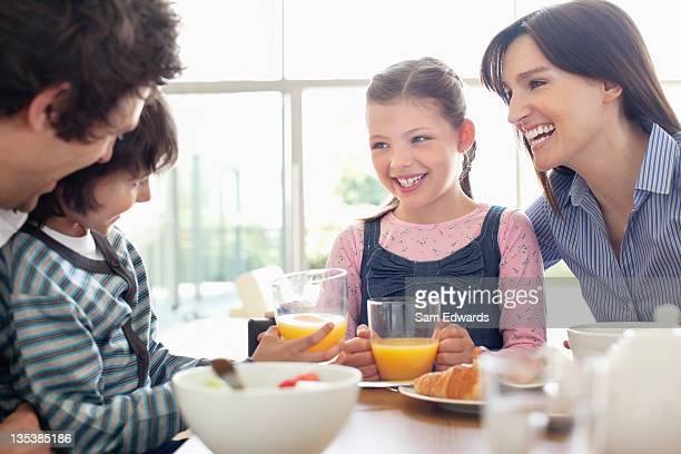 Famille manger déjeuner ensemble