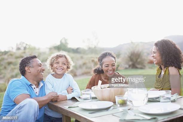 Famille manger en plein air