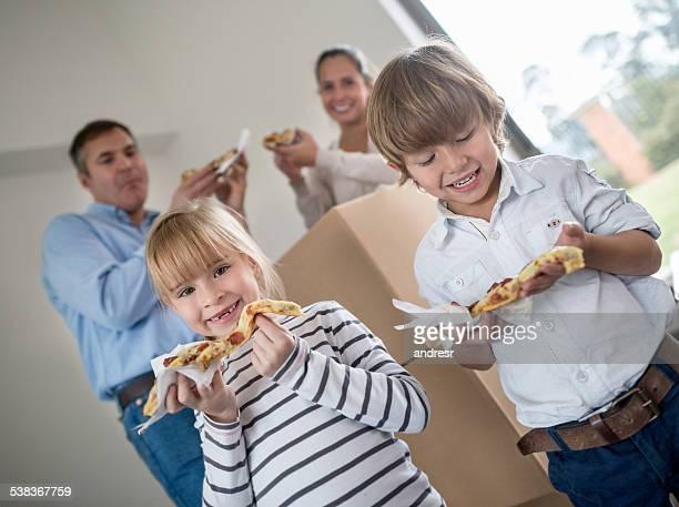 Famille manger une pizza tout Changement de logement
