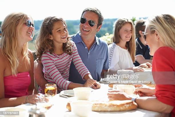 Familie gemeinsam im Freien essen