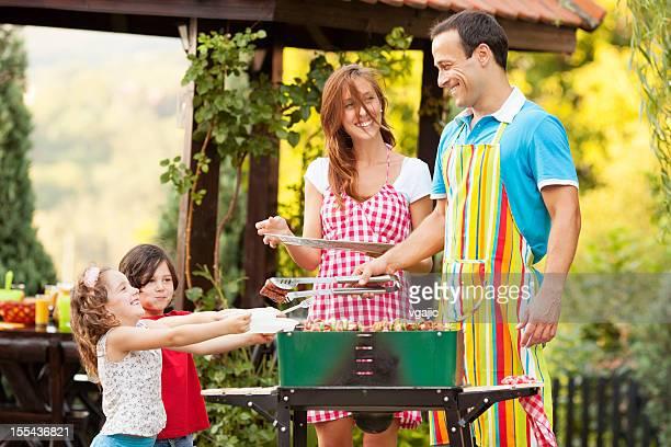 Familie genießen einen Grill