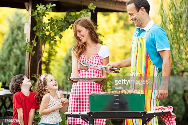 Familie genießen einen Grill.