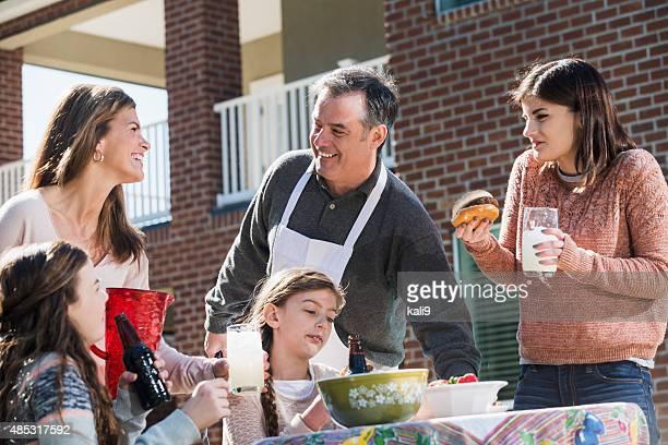 Familia disfrutando de jardín cookout