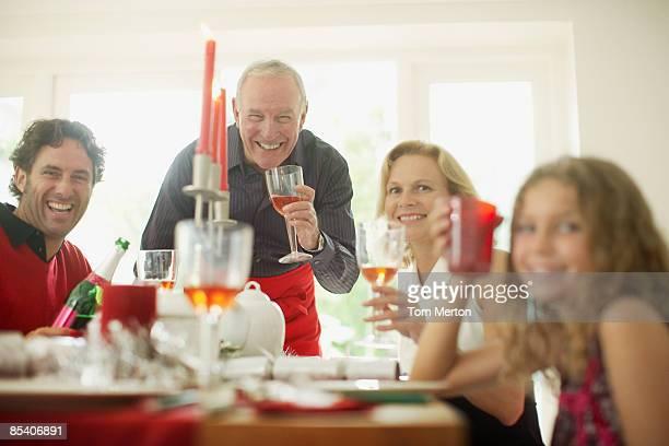 Famille profitant de dîner de Noël