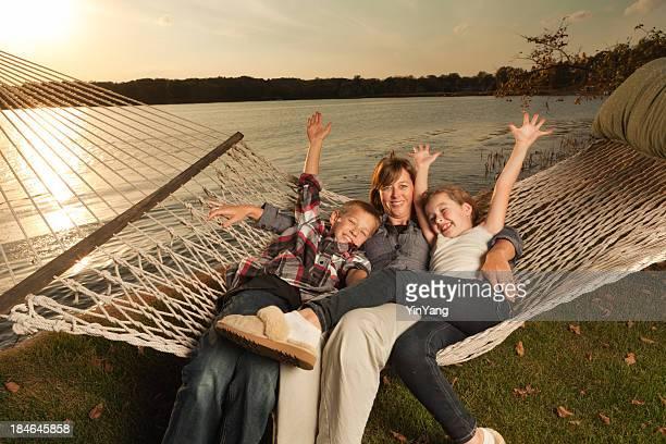 Famille appréciant Hamac au bord de la Lake Shore en fin d'après-midi