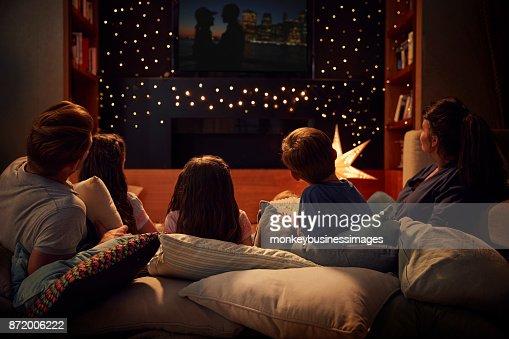 Famille de profiter ensemble de soirée cinéma à la maison : Photo