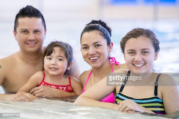 Famiglia godendo il loro tempo in piscina