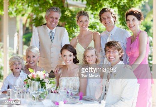 Familie genießt Hochzeitsempfang