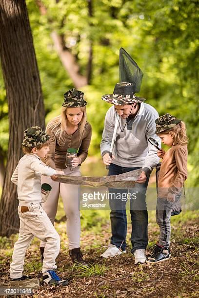 Familie erkunden Karte in der Natur.