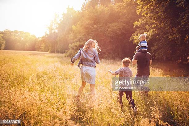 Familie erkunden park