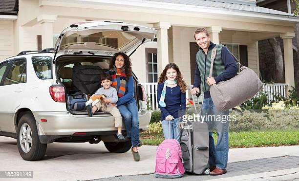 Famiglia andando in viaggio su strada
