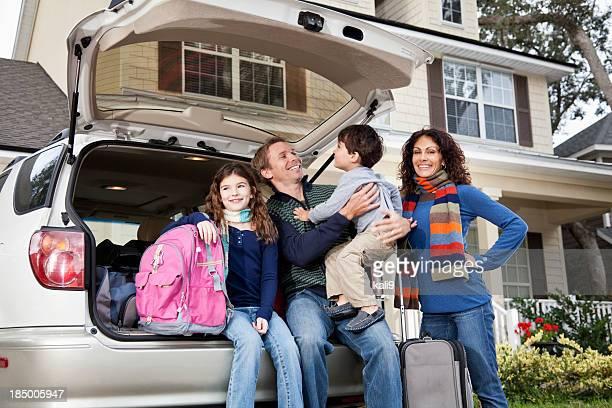 Familia van en carretera viaje con el estacionamiento y el equipaje