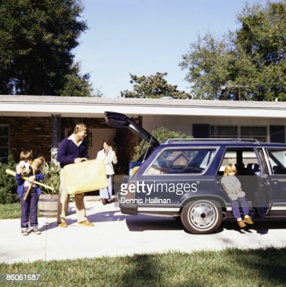 Family going on vacation loading station wagon : Stockfoto