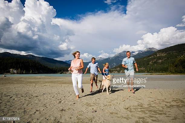 Moment en famille sur la plage avec un chien.