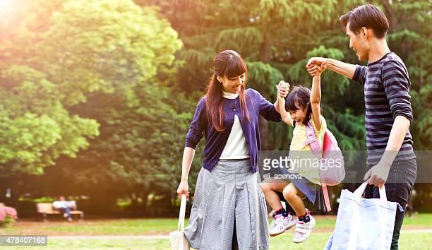 Familie einen Spaziergang im Freien im Sommer, Tokio
