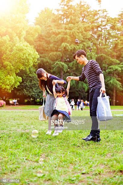 Famiglia avendo una passeggiata all'aperto in estate, Tokyo