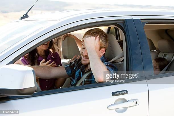 Famille ayant un argument dans la voiture