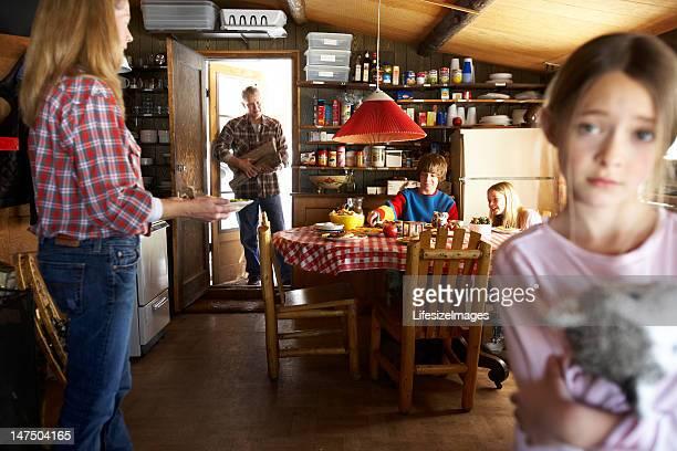 Famiglia avendo colazione