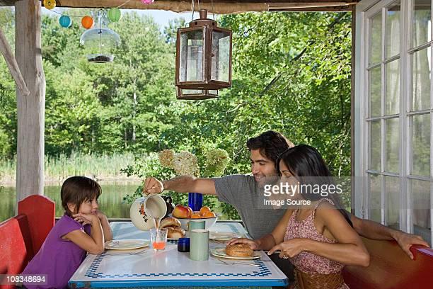 FAMILLE PETIT DÉJEUNER ensemble en plein air