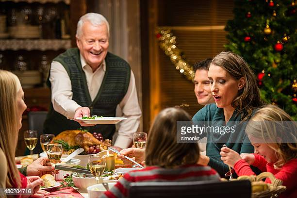 Familia tener cena de Navidad