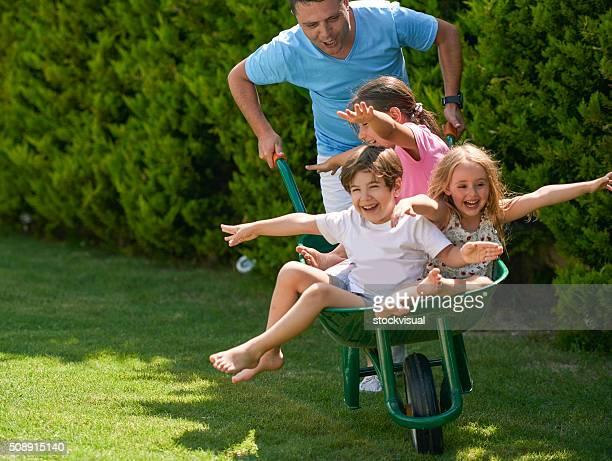Famille de s'amuser dans le jardin