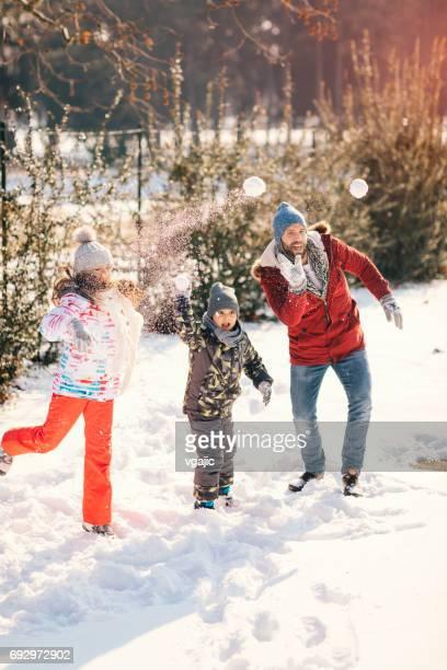Famille de s'amuser en plein air en hiver