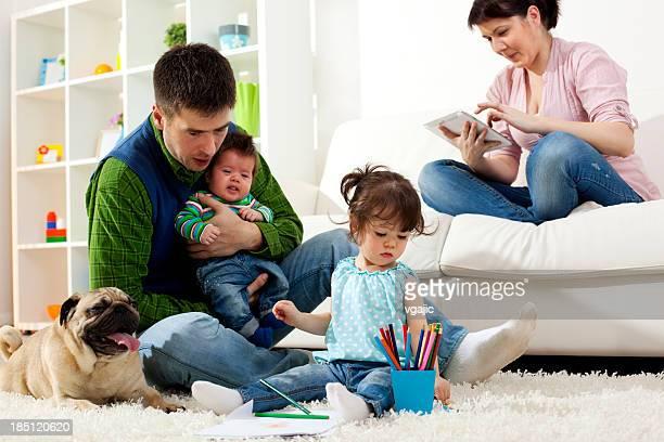 Famiglia che si diverte insieme a casa