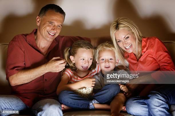 Famille de s'amuser en regardant un film sur la télévision