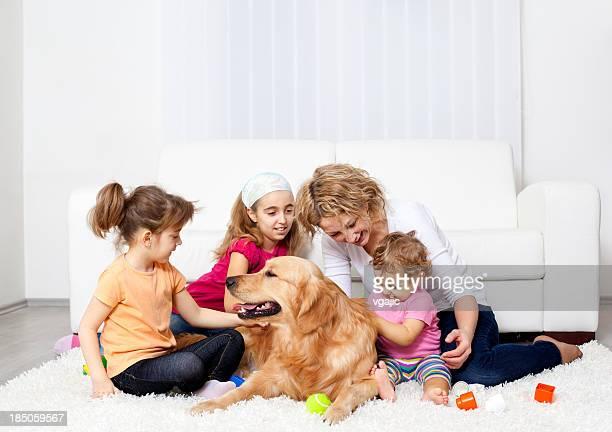 Familie Spaß mit Retriever Hund