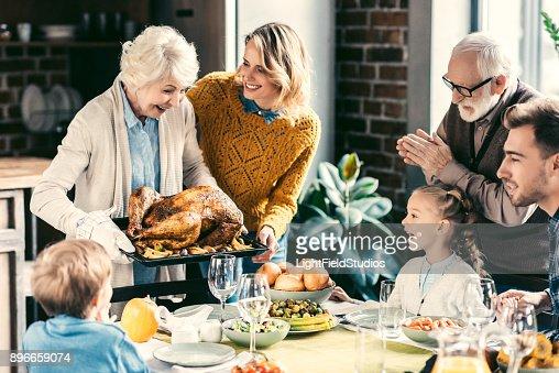 休日の夕食を持っている家族 : ストックフォト