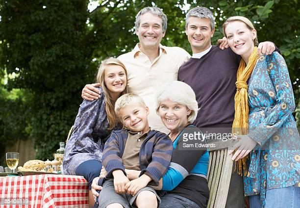 Familie mit Picknick im Garten
