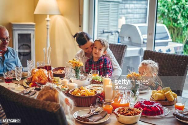 Famille ayant fête traditionnelle farcie Turquie dîner