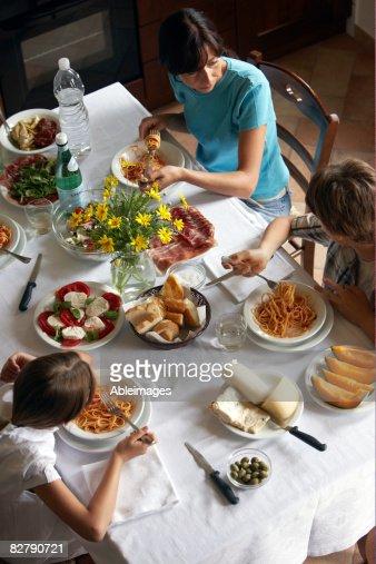 Familien, die typisch italienisches Essen : Stock-Foto