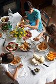 Famiglia avendo un pasto italiano tipico