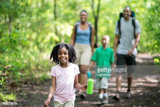 Familie Wandern durch den Wald