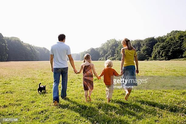 Familie holding Hände