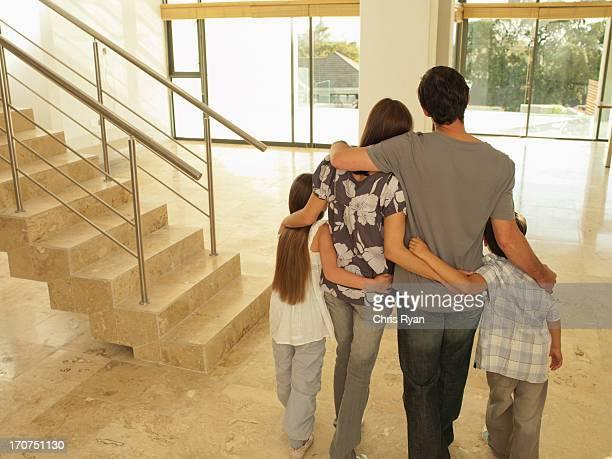 Familia abrazándose en nueva casa