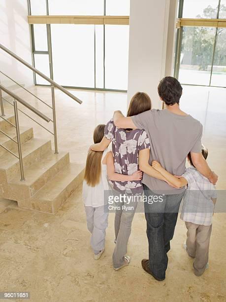 Famille se tenant dans la nouvelle maison