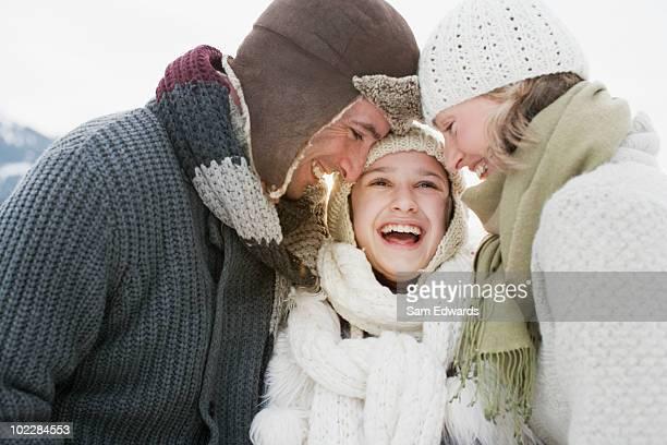 Famille se tenant à l'extérieur