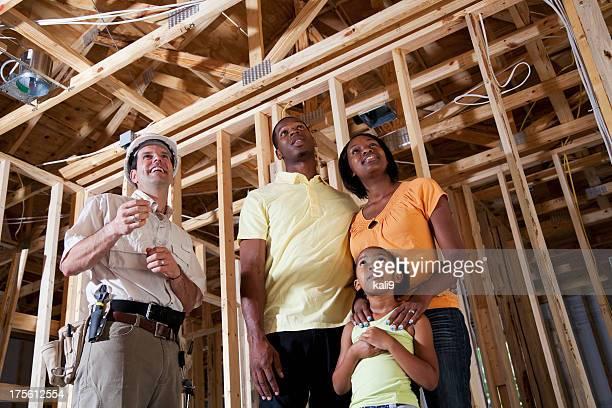 Familie im Haus im Bau mit builder