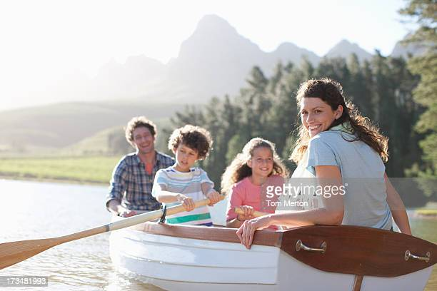 Famille en bateau à rames sur le lac