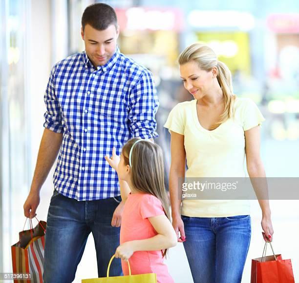 Família no centro comercial.