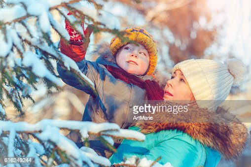 Familia en invierno : Foto de stock