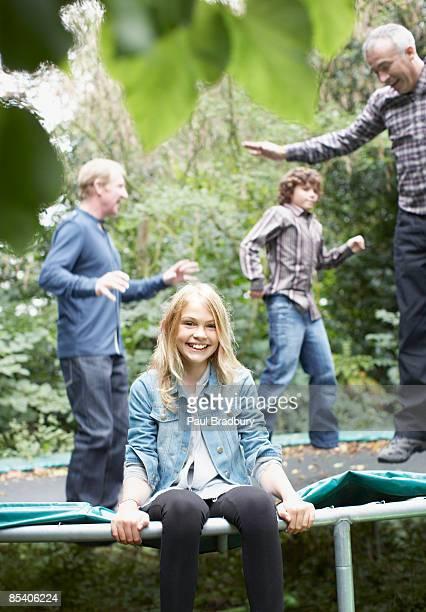 Famille de sauter sur un trampoline