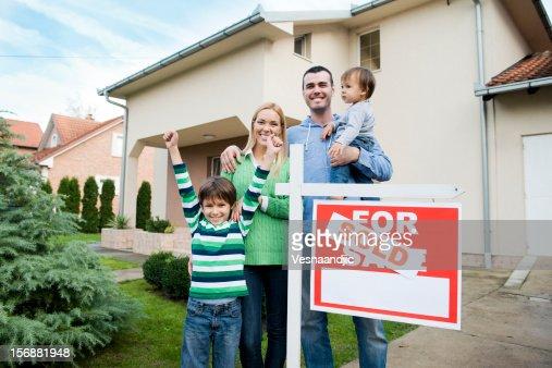 Familia a comprar un hew hogar : Foto de stock