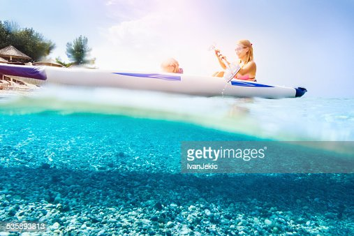 Family kayaking on beautiful beach : Stockfoto