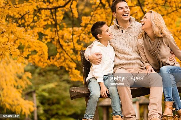 Famille rire, s'amuser dans le parc en automne